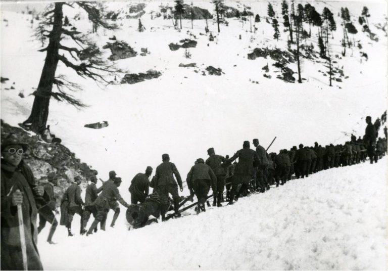 Gli alpini trainano l'ippopotamo sull'adamello